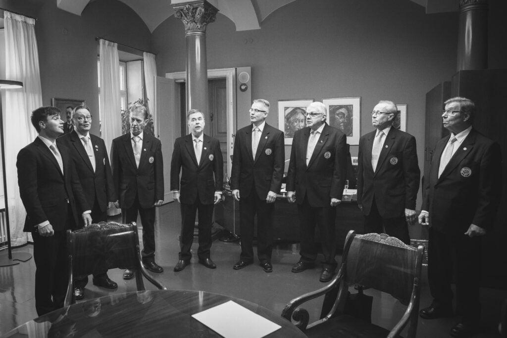 Viipurin Lauluveikot Kansallisarkistossa luovuttamassa alkuperäisnuotteja